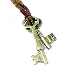 Кулон из металла на кожаном шнурке Ключи от Всех Дверей