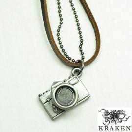 Кулон из металла на кожаном шнурке Фотоаппарат